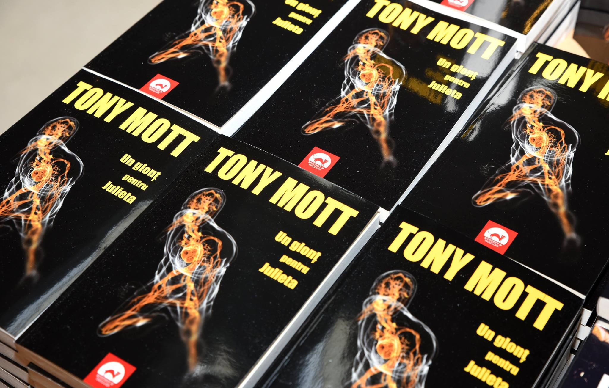 Un glont pentru Julieta - Tony Mott (Antoaneta Gales)